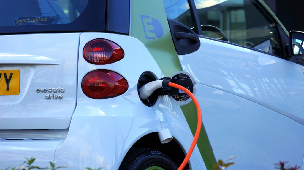 Reduce the cost to charge your electric car with a solar battery
